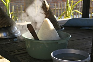 Nasi yang baru ditanak mengepulkan uap, diangin-anginkan dulu supaya pulen